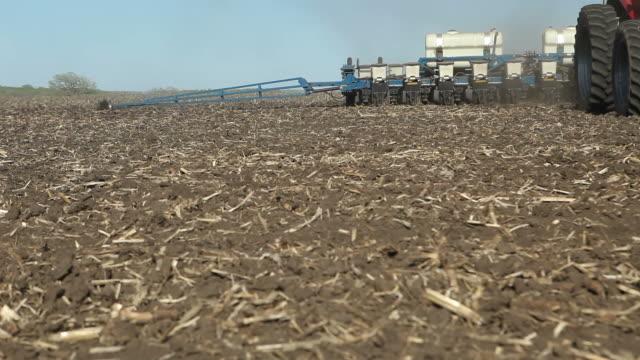 Traktor ziehen Planter im Frühjahr Field – Video