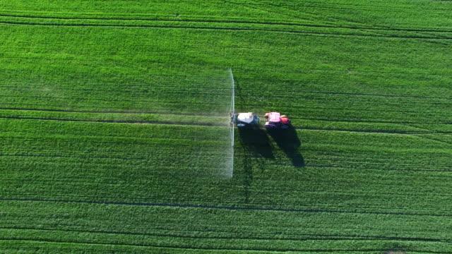 traktor sprutning gröda fält i våren viadukt - farm bildbanksvideor och videomaterial från bakom kulisserna