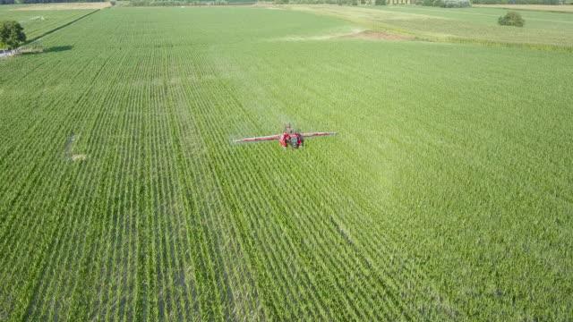 tractor spraying pesticide - insetticida video stock e b–roll