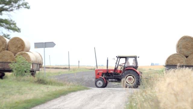 trattore con bales - trattore video stock e b–roll