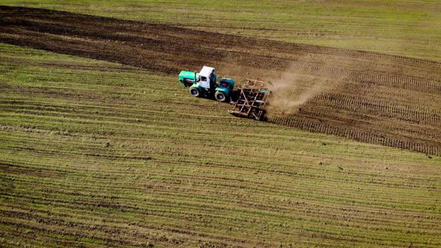 Traktor med plog som förbereder mark med såbädd odlare för utsäde gröda video