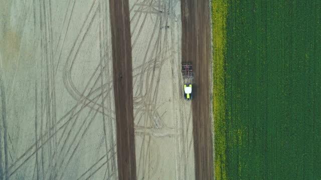 vidéos et rushes de tracteur travaillant sur le terrain. - seigle grain