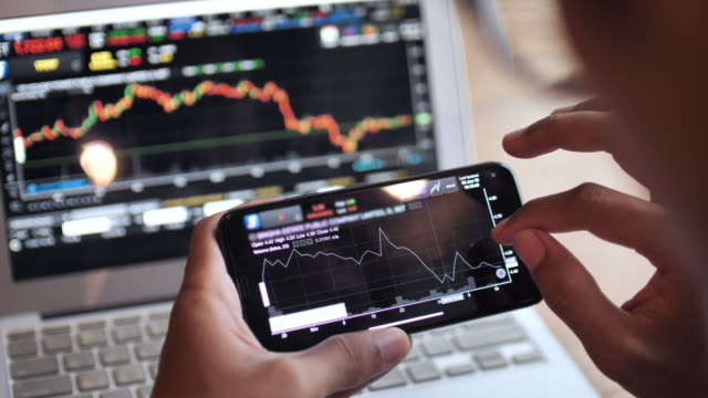 vídeos de stock e filmes b-roll de trading stock market on smart phone - examinar
