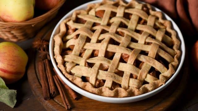 traditional apple pie pastry on wooden table - nadziewany placek filmów i materiałów b-roll