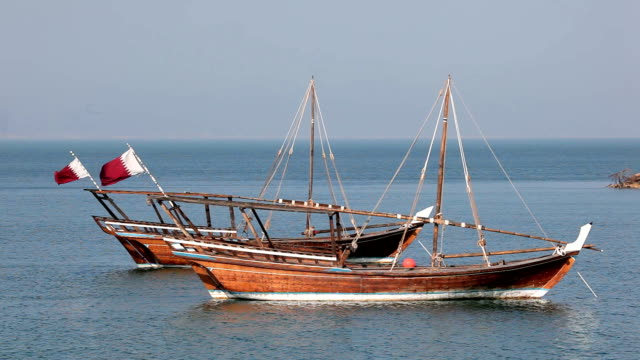 tradizionale arabo dhows in doha, qatar - paesi del golfo video stock e b–roll