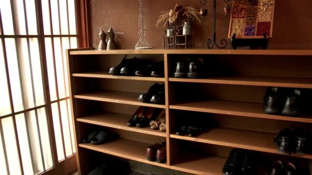 伝統的なアジアの下駄。 - 靴点の映像素材/bロール
