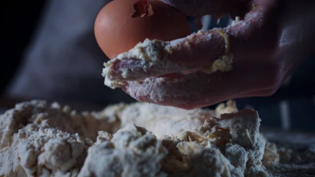 4 K 伝統的なパン生地に卵をクラッシュ ビデオ