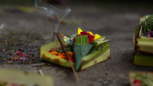 vídeos de stock e filmes b-roll de traditional balinese gods offerings - bali