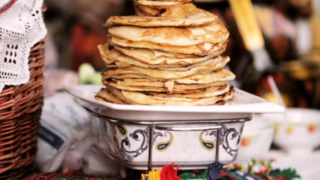 traditional belarusian cuisine - pancakes. attribute of traditional folk celebration of eastern slavic national traditional holiday maslenitsa. winter spring holiday - славянская культура стоковые видео и кадры b-roll