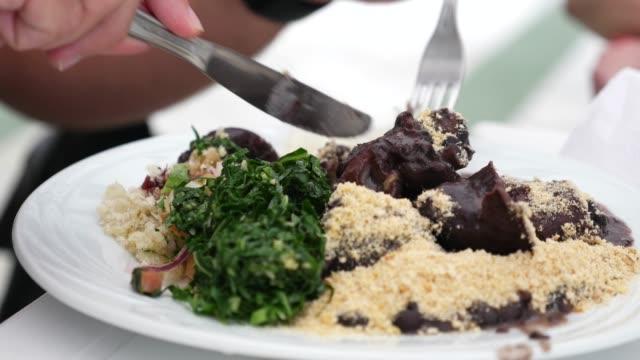 geleneksel brezilya yemeği - feijoada - minas gerais eyaleti stok videoları ve detay görüntü çekimi