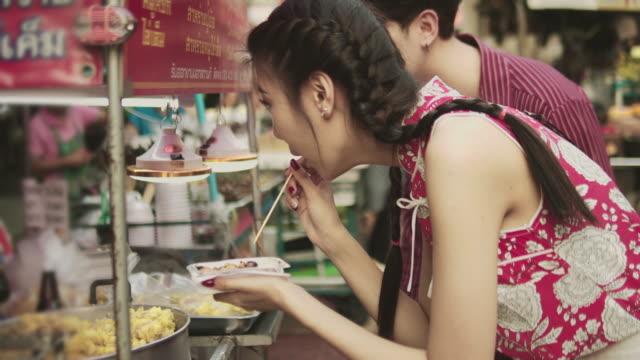 Traditionelles Chinesisch Straße Essen. – Video