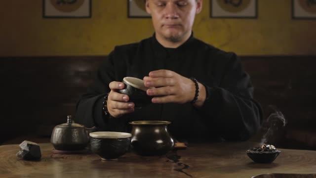traditionelle chinesische tee brauen - grüner tee stock-videos und b-roll-filmmaterial