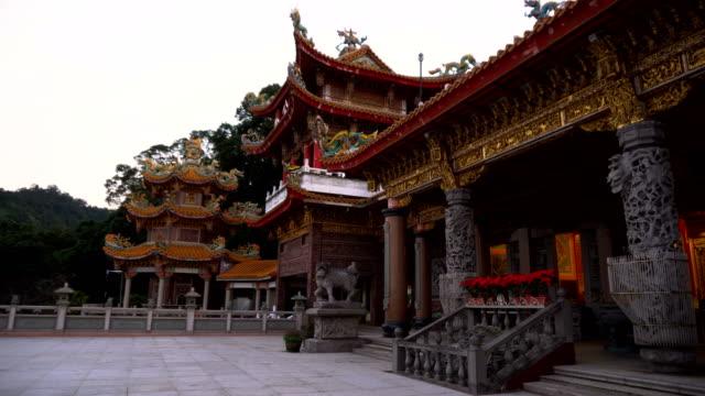 丘の上の伝統的な中国の寺院 - 仏塔点の映像素材/bロール