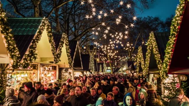 traditioneller weihnachtsmarkt - weihnachtsmarkt stock-videos und b-roll-filmmaterial