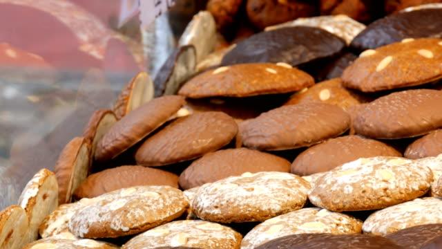 traditionelle weihnachts-nürnberger schokolade und lebkuchen an den fenstern des weihnachtsmarktes - lebkuchen stock-videos und b-roll-filmmaterial