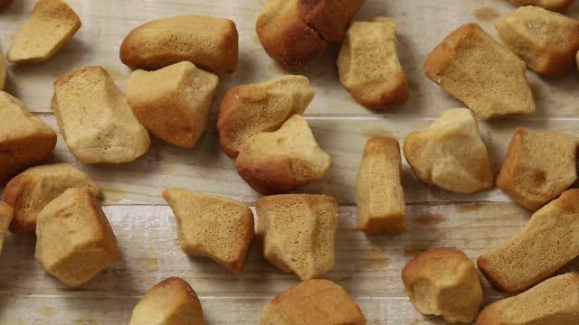stockvideo's en b-roll-footage met traditionele hollandse pepernoten, gekruide koekjes, full frame close-up - pepernoten