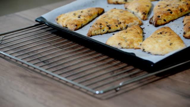 traditional english scones with chocolate on the table. - scone filmów i materiałów b-roll