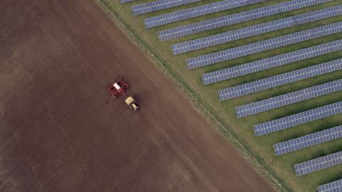 agricoltura tradizionale e agricoltura new age - agricoltura video stock e b–roll