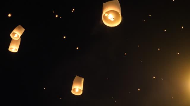 traditionelle flying lantern im yi peng festival, thailand - religiöses symbol stock-videos und b-roll-filmmaterial