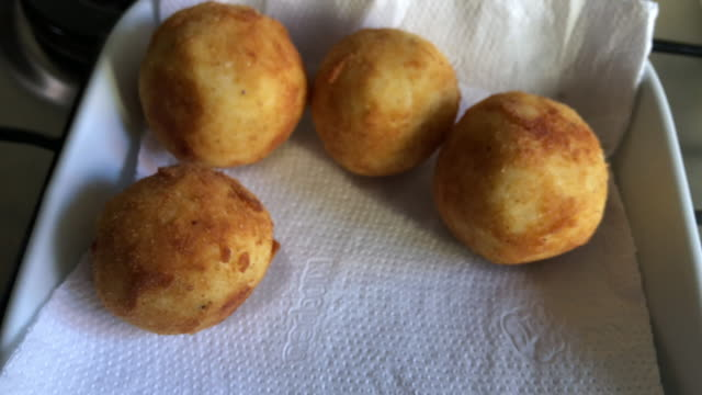 vídeos de stock, filmes e b-roll de boulette francês tradicional de riz - antepasto