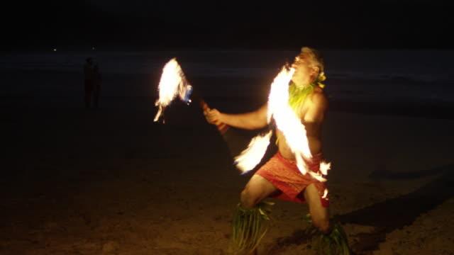 traditionellen hawaiian feuer und messer hula-tänzer - stuntman stock-videos und b-roll-filmmaterial