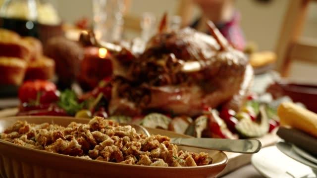 vídeos y material grabado en eventos de stock de tradicional de vacaciones pavo relleno la cena - thanksgiving turkey