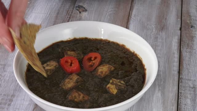 Cocina tradicional India de Punjabi Palak Paneer comida que se sirve en un plato - vídeo