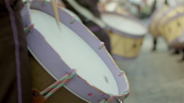 vídeos de stock e filmes b-roll de traditional music group - new fairs bridge - bateria instrumento de percussão