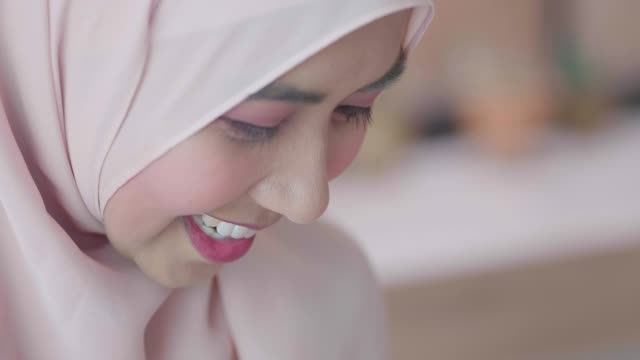 traditional muslim hijab on head typing phone - etnia malese video stock e b–roll
