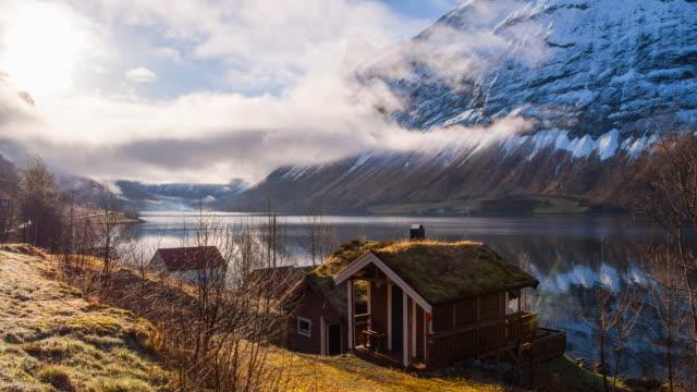 vídeos de stock e filmes b-roll de tradicionais casas noruega com vista deslumbrante - países nórdicos