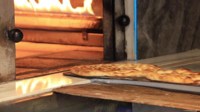 traditional pita bread - chleb pita filmów i materiałów b-roll