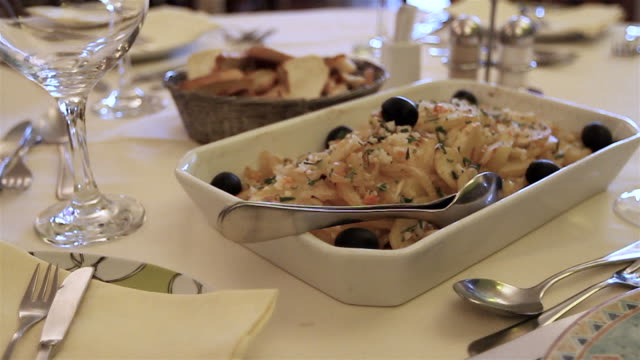 vídeos de stock e filmes b-roll de prato tradicional portuguesa - bacalhau