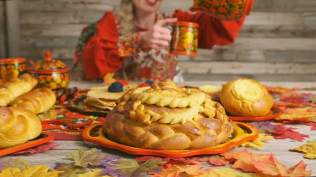 전통적인 러시아 karavai 휴일 빵 - 식빵 한 덩어리 스톡 비디오 및 b-롤 화면