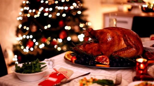 stockvideo's en b-roll-footage met traditionele gevulde kerst kalkoen met bijgerechten - breakfast table