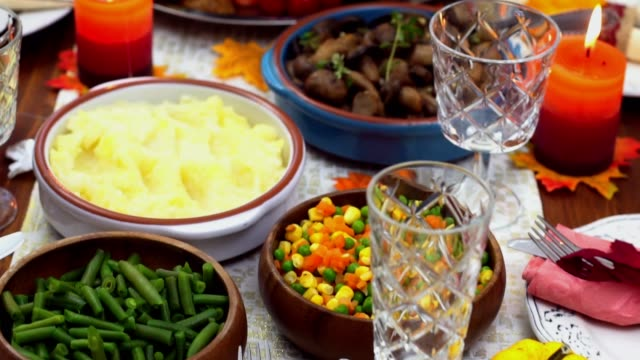 vídeos y material grabado en eventos de stock de pavo relleno tradicional con platos para el día de acción de gracias - thanksgiving turkey