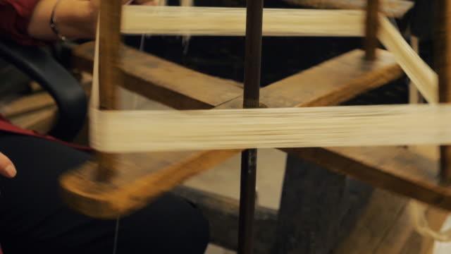 traditionell väv gjord på en trävävstol - väva bildbanksvideor och videomaterial från bakom kulisserna
