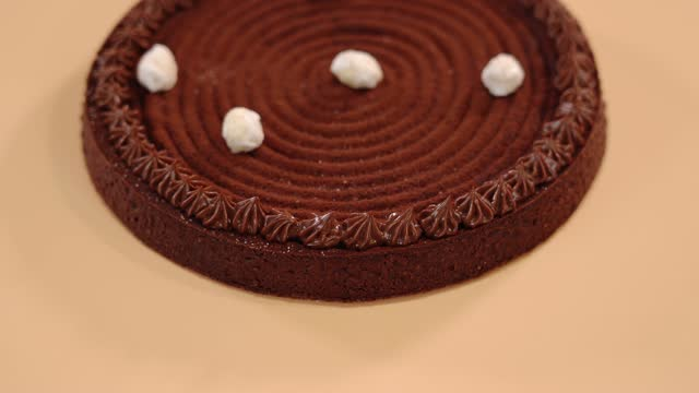 vídeos de stock e filmes b-roll de traditional tart with filling and whipped cream on table - bolo rainha