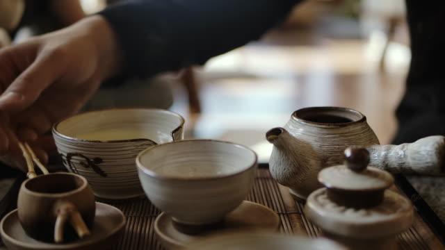 伝統的な茶作り - カップに紅茶を注ぐ ビデオ