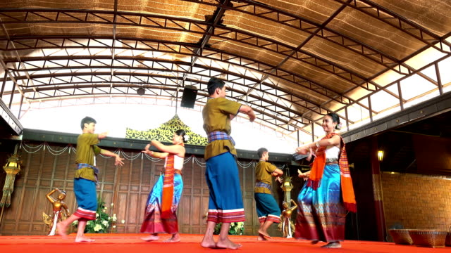 vídeos y material grabado en eventos de stock de 4k tradicional tailandés bailan show - cultura tailandesa