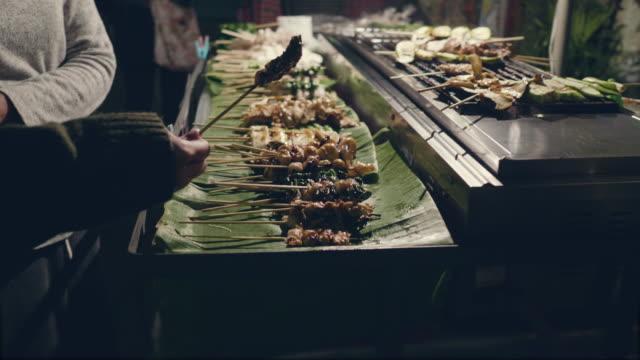 vídeos y material grabado en eventos de stock de comida tradicional de la calle de tailandia. - caribe