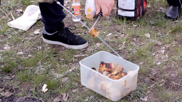 traditionelle türkische cag kebap. traditionelle türkische kebab auf grill. hd - döner stock-videos und b-roll-filmmaterial