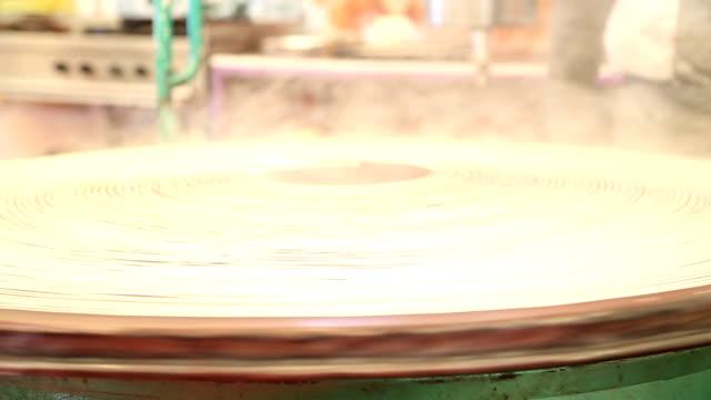 vidéos et rushes de hammam traditionnel dessert préparé kunefe - spaghetti renversé