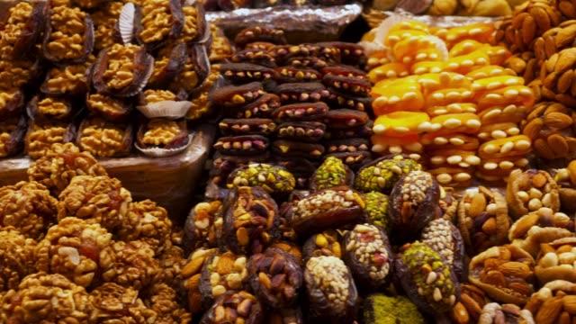 vidéos et rushes de desserts turcs traditionnels avec noisette, pistache, amande sur le marché - pâtisseries et feuilletés