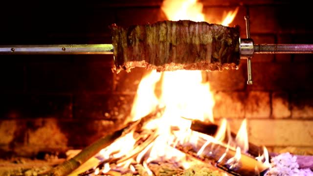 traditionelle türkische kebab auf grill. - döner stock-videos und b-roll-filmmaterial
