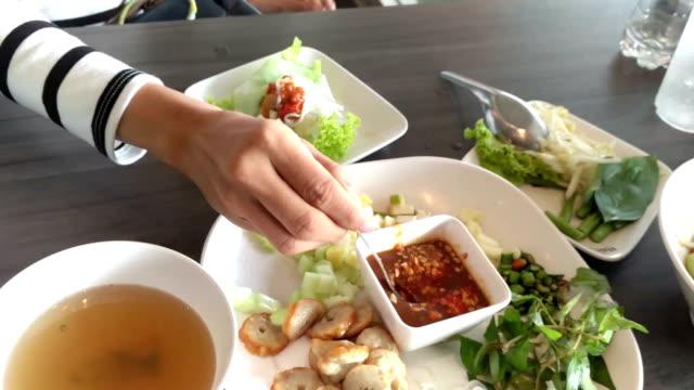 vídeos y material grabado en eventos de stock de alimentos vietnamitas tradicionales - comida salada