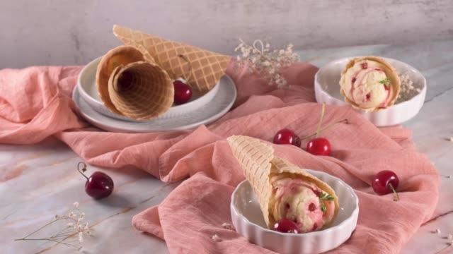 vídeos de stock, filmes e b-roll de cones tradicionais do waffle com gelado - gelato