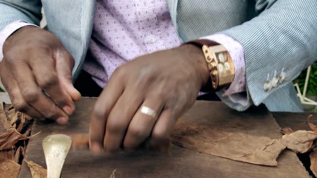 geleneksel puroları oluşturmak yolu. küba adam el yapımı puro haddeleme. - puro stok videoları ve detay görüntü çekimi