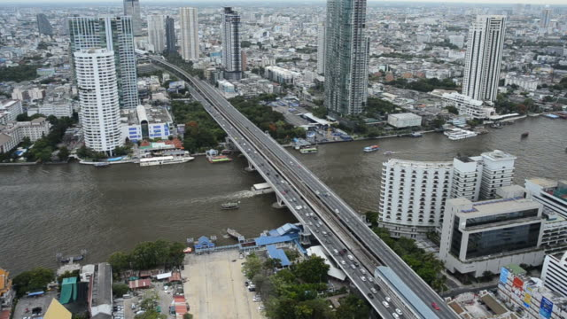 traffico e trasporti al fiume chao phraya a bangkok city. - fiume chao phraya video stock e b–roll