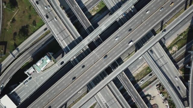 traffic at a road intersection - droga wielopasmowa filmów i materiałów b-roll