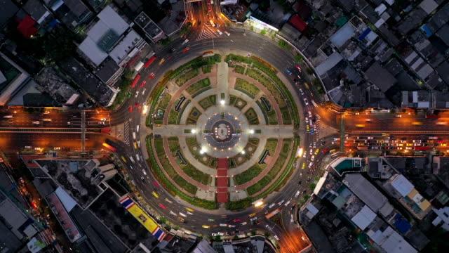 vidéos et rushes de trafic au grand rond-point en haut de la page aérea de bangkok (thaïlande), timelapse. - rond point